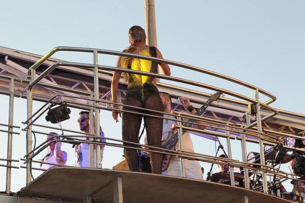 Vinna Calmon no trio elétrico (Foto: Thiago Duran e Wallace Barbosa/AgNews)