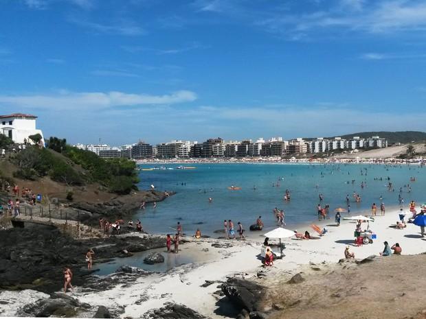 Praia do Forte é alvo dos turistas que vêm à Região dos Lagos (Foto: Rebeca Nascimento/G1)