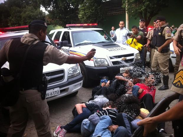 Polícias usaram spray de pimenta para retirar manifestantes da porta da empresa (Foto: Maria Freitas/ G1)