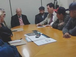 Família da vítima e testemunhas participaram de reunião na ouvidoria das polícias  (Foto: Reprodução / TV TEM)