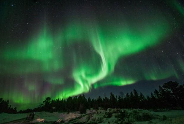 """A """"dança das luzes"""", como também é conhecido o fenômeno, é provocada pela interação entre partículas solares carregadas de eletricidade e a atmosfera terrestre (Foto: Divulgação / Geotrip)"""