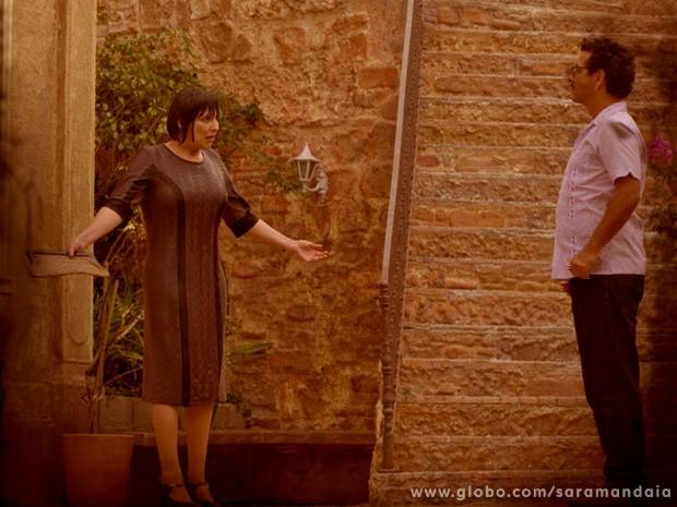 E a bole-bolense acaba levando um balde de água fria na cabeça (Foto: TV Globo/ Saramandaia)