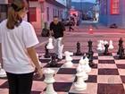 Cultura realiza partidas de xadrez com peças gigantes em Mogi