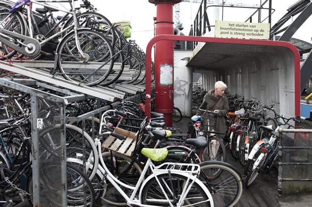 Capital holandesa precisa construir novos estacionamentos para bicicletas (Foto: Pavel Prokopchik/The New York Times)