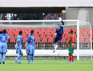 Goleiro do CSA, Flávio faz bela defesa no Rei Pelé (Foto: Ailton Cruz/ Gazeta de Alagoas)
