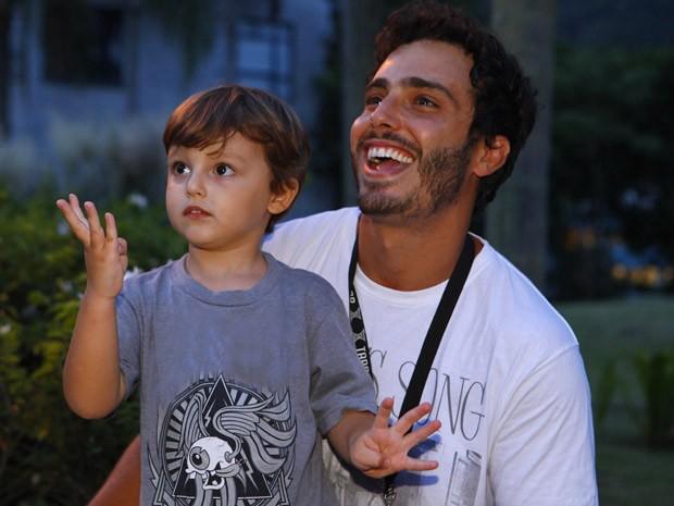 Gabriel esbanjava simpatia e conversava com todo mundo (Foto: Guerra dos Sexos / TV Globo)