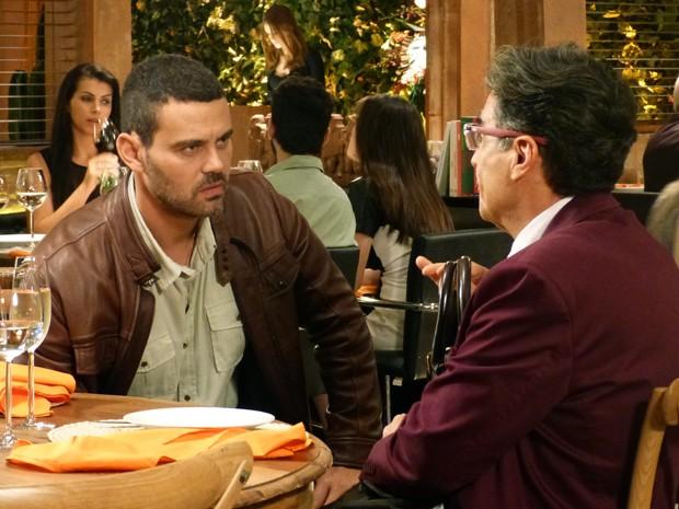 Téo vai atrás de Maurílio no restaurante para falar sobre gravação (Foto: Paula Paiva/Gshow)