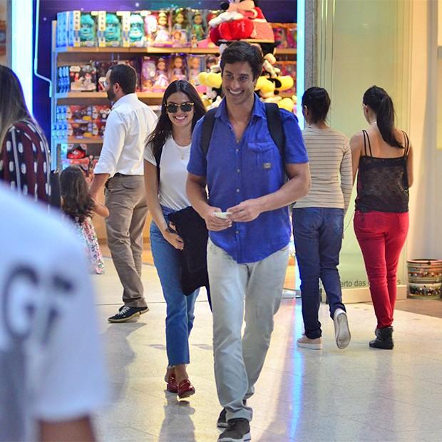 Isis Valverde e André Resende juntos em Aeroporto Santos Dumont, Rio de Janeiro (Foto: AgNews)