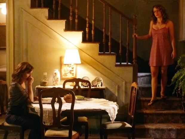 Cristina supreende a tia remexendo o álbum de recortes (Foto: Império/TV Globo)