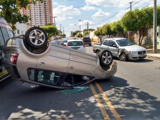 Carro capotou após colisão na Zona Sul de Teresina (Foto: Niltomar Andrade)