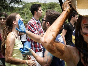 Calouros participam de trote na USP (Foto: Caio Kenji/G1)
