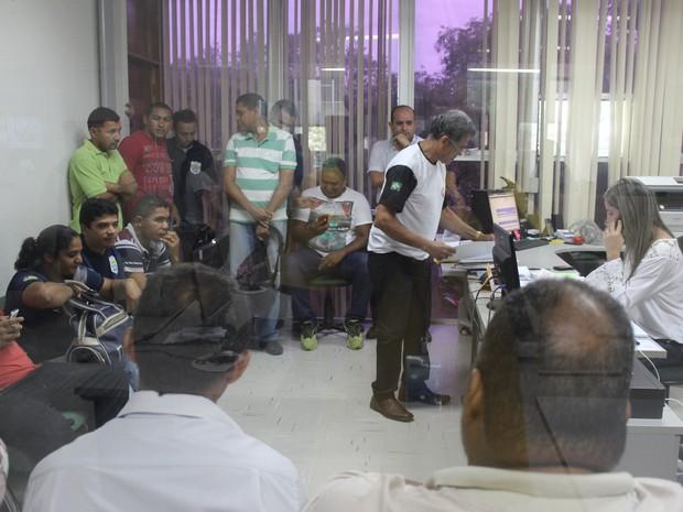 Trabalhadores ocuparam a antessala para forçar secretário a recebê-los (Foto: Gustavo Almeida/G1)