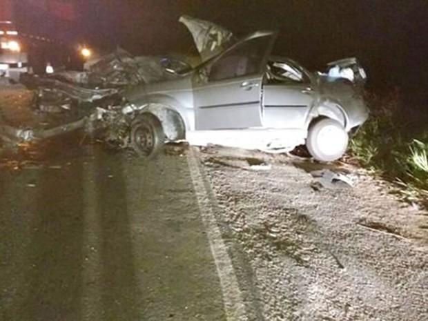 Carro ficou destruído após em ônibus na BR-101 (Foto: Ronildo Brito/Teixeira News)