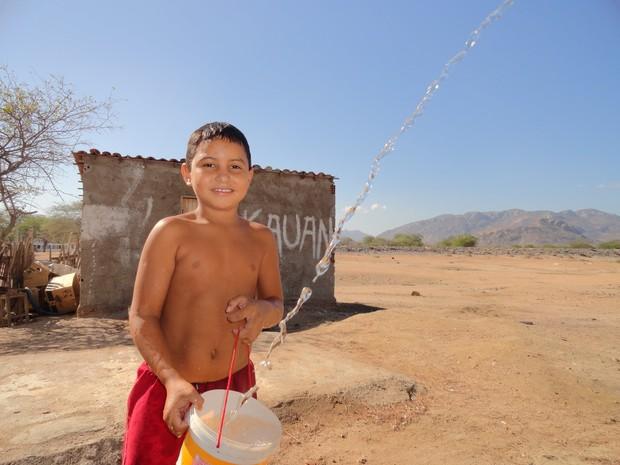 População divide o dinheiro recebido do Bolsa Família para comprar alimento e água (Foto: André Teixeira/G1)