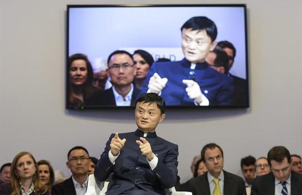 Jack Ma dá depoimento sobre sua vida no Fórum Econômico Mundial, em Davos, na Suíça (Foto: Jean-Christophe/EFE)