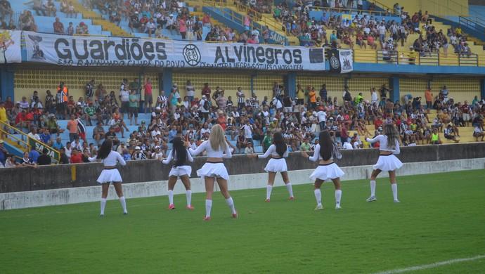 Líderes de torcida do São Raimundo agitavam a galera (Foto: Dominique Cavaleiro/GloboEsporte.com)
