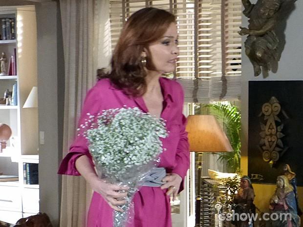 Helena fica tensa ao ver Virgílio mexer em sua bolsa (Foto: Em Família/TV Globo)