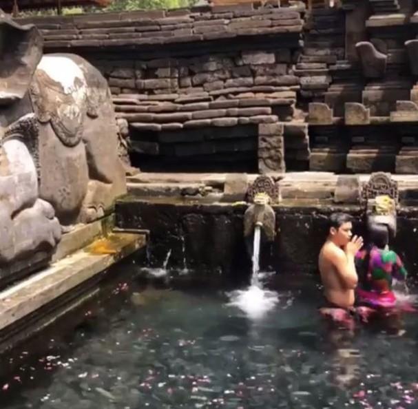 Paula Fernandes visitou um templo de água em Bali (Foto: Reprodução/Instagram)