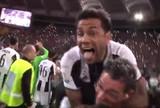 BLOG: Daniel Alves pula no pescoço de repórter ao comemorar título da Juventus