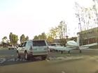 Motorista filma avião pousando em plena avenida na Califórnia