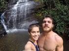 Isabella Santoni posta foto com o namorado em cachoeira