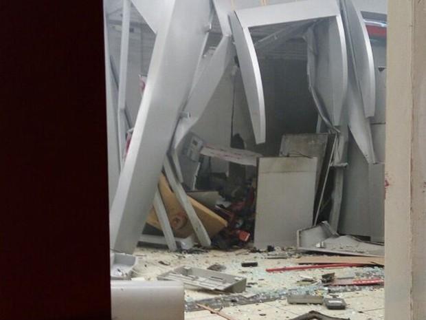 Bandidos explodiram agência bancária em Ribeirão, na Mata Sul de Pernambuco; caixas eletrônicos ficaram destruídos (Foto: Reprodução/WhatsApp)