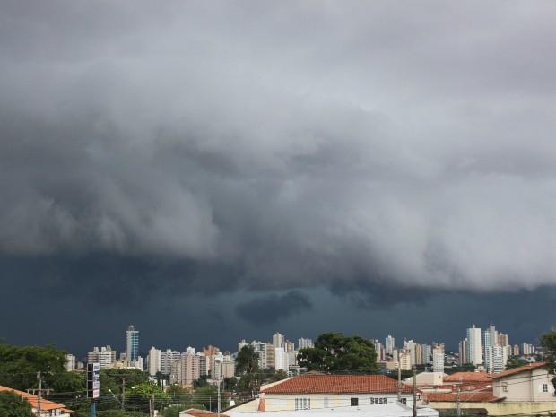 Céu de Campo Grande na tarde desta quinta-feira (18) (Foto: Maria Caroline Palieraqui/ G1 MS)