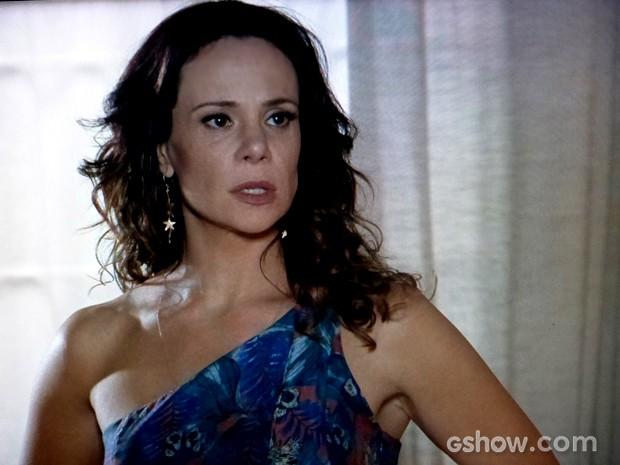 Juliana fica assustada com encontro com médico de Gorete (Foto: Em Família / TV Globo)