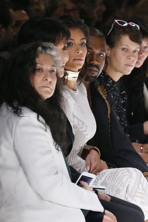 Kris Jenner, Kim Kardashian e Kanye West assistem ao desfile da Balmain na semana de moda de Paris (Foto: AFP)