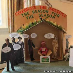 Presépio ateu exposto em um prédio público em Wisconsin. (Foto: BBC)
