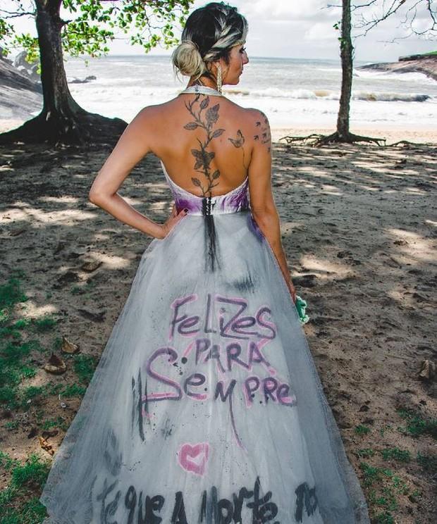 Josi Manhães posa para ensaio para celebrar o divórcio (Foto: Filipe Aragao / Reprodução Instagram)