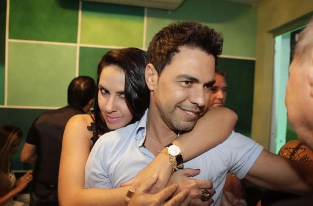 Graciele Lacerda abraça Zezé di Camargo (Foto: Isac Luz/EGO)