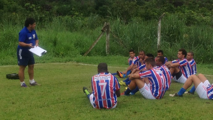 Técnico do Tocantins, Célio Ivan, orienta time antes do amistoso (Foto: Vilma Nascimento/GloboEsporte.com)