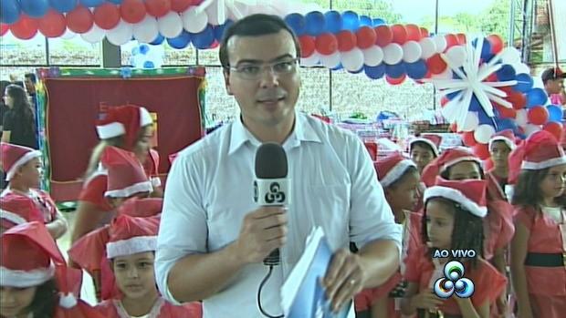 Rodeado de crianças, apresentador comanda o programa de escola (Foto: Acre TV)
