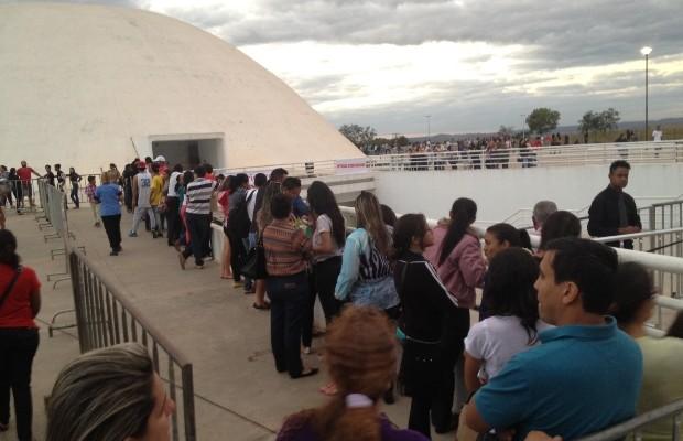 Fãs começam a fazer fila no Centro Cultural Oscar Niemeyer para velório de Cristiano Araújo, em Goiânia, Goiás (Foto: Sílvio Túlio/G1)