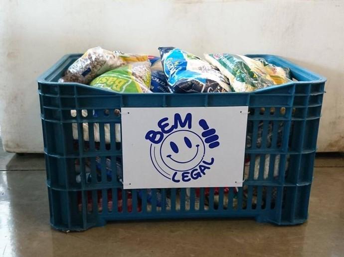 Campanha Bem Legal arrecadou cerca de 170 kg de alimentos (Foto: Gabriel Morelli/G1)