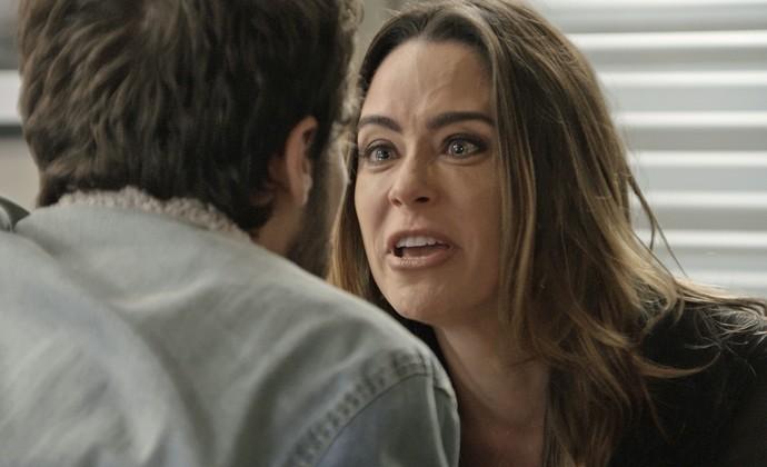 Bruna surta ao supor que Giovanni deixou de viajar por causa de Camila (Foto: TV Globo)