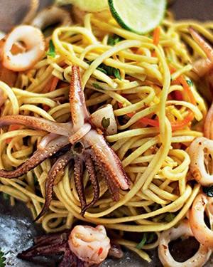 Espaguete com lulas na manteiga de limão e coentro (Foto: Iara Venanzi/Casa e Comida)