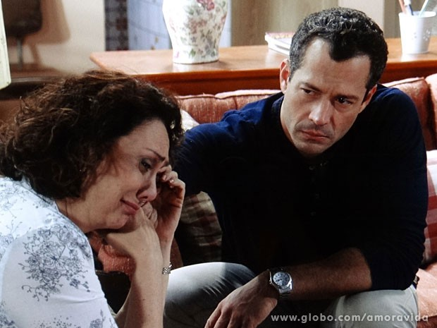 Bruno e Ordália inconsoláveis (Foto: Amor à Vida/TV Globo)