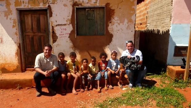 Os repórteres com crianças de Tremedal (BA) uma das cidades mais pobres do Brasil (Foto: Lucas Bretas)