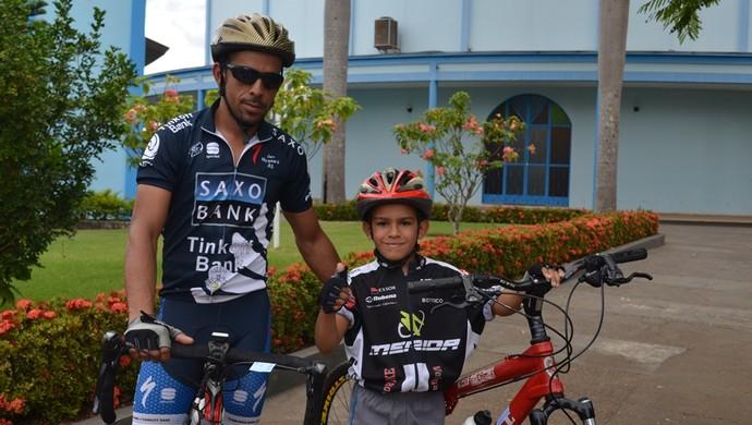 Pai e filho participam da Pedalada pela Vida, em Vilhena (Foto: Lauane Sena)