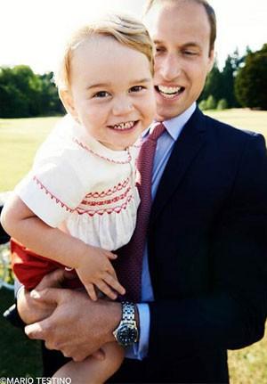 O príncipe George no colo de seu pai, o príncipe William, no dia do batizado de sua irmã, a princesa Charlotte (Foto: Reprodução/Instagram/Kensington Palace)