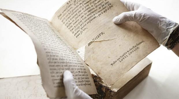 Livro raro avariado e com páginas rasgadas após furto do acervo da Fiocruz/RJ (Foto: Fiocruz)