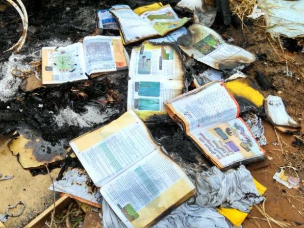 Livros foram encontrados queimados às margens de rodovia (Foto: Prefeitura de Iperó/Divulgação)