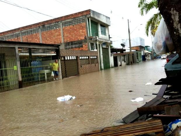 Zona Leste é uma das mais afetadas pela chuva deste manhã (Foto: Camila Henriques/G1 AM)