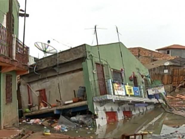 Outras casas ficaram inclinadas e podem desabar, segundo os bombeiros. (Foto: Reprodução/ TV Liberal)
