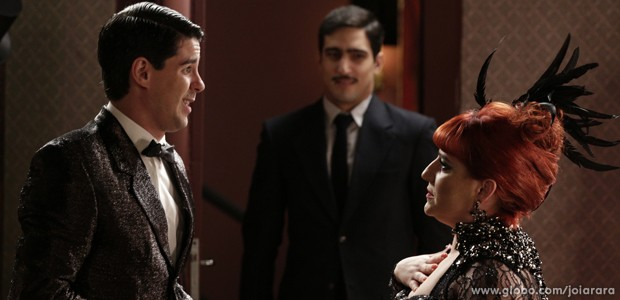 Pegos no flagra! Nuno entra no camarim e vê beijo dos dois (Foto: Fábio Rocha/TV Globo)