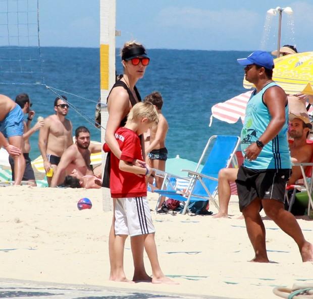 Fernanda Lima curte praia com a família (Foto: Delson Silva / Agnews)