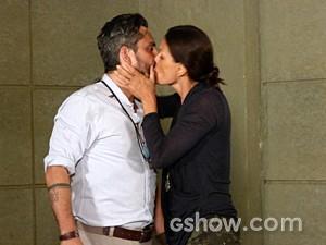 Hermes e Tereza se beijam sem desconfiar que Lili está vendo tudo (Foto: Além do Horizonte/TV Globo)