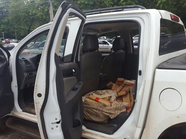 Carro apreendido com droga em oficina de Goiânia, Goiás (Foto: Thaís Luquesi/TV Anhanguera)